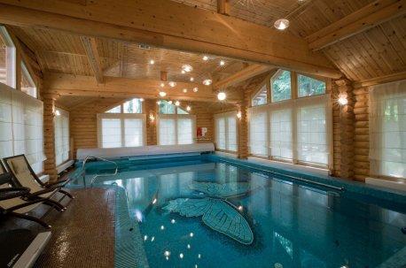 Римские шторы из тонкого льна - уместный вариант оформления окон в бассейне, который расположен в срубе недорого