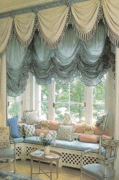 Австрийские шторы на окне в гостинной