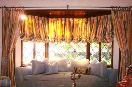Австрийские шторы на большом эркерном окне в зале недорого