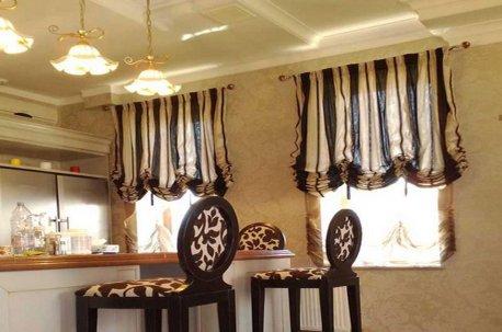 Австрийские шторы в интерьере кухни недорого