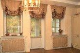 Австрийские шторы на трех окнах в зале