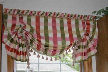 Австрийская штора из полосатой ткани с декором по нижнему краю