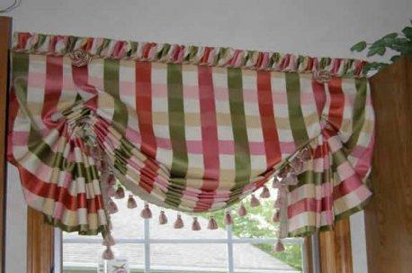 Австрийская штора из полосатой ткани с декором по нижнему краю недорого