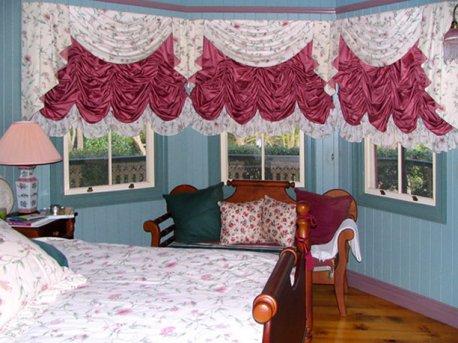 Австрийские шторы с ламбрекенами на окнах в спальне недорого