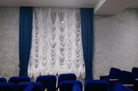 Французские шторы в конференц - зале  недорого