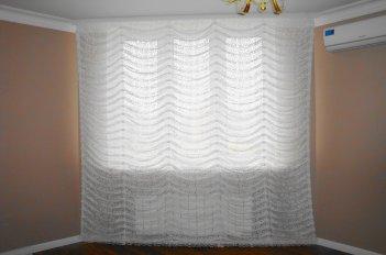 Французская штора из ажурной гардины - оформление окна в спальне