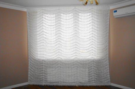 Французская штора из ажурной гардины - оформление окна в спальне недорого