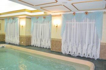 """Тюль с """"французским"""" низом - пример оформления бассейна нарядными шторами"""