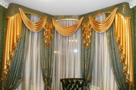 Шторы с классическими ламбрекенами в кабинете недорого