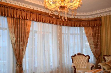 Пример оформления окна для зала шторами с прямым складчатым ламбрекеном недорого