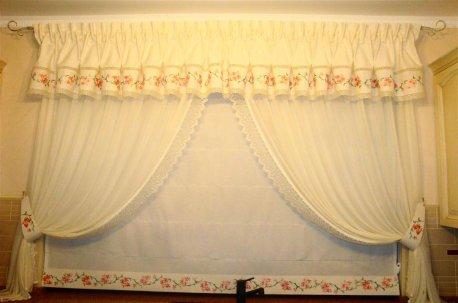 Классическая композиция - ламбрекен с индивидуальной вышивкой недорого