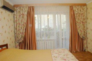 Шторы  в спальне - декоративные с цветами и однотонные рабочие
