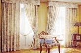Классические шторы на двух окнах в гостинной