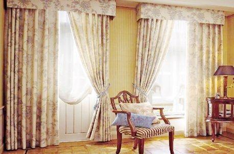 Классические шторы на двух окнах в гостинной недорого