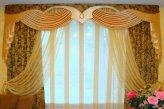 Нарядная композиция в классическом стиле на окне в гостинной