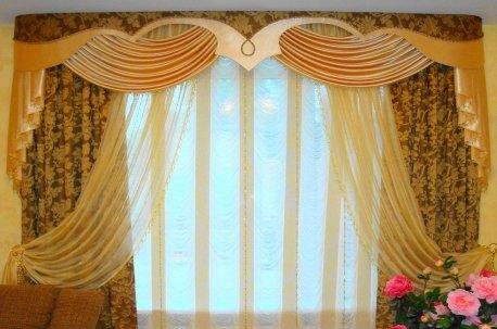 Нарядная композиция в классическом стиле на окне в гостинной недорого