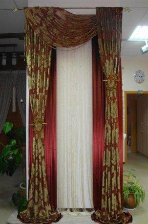 Пример оформления окна классическими велюровыми тканями недорого