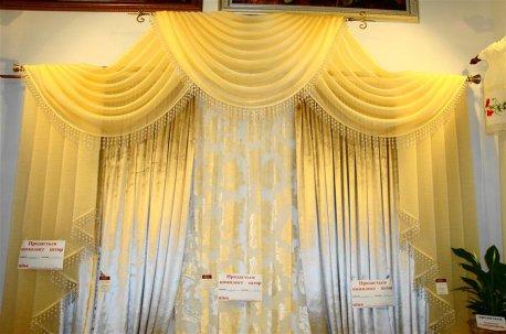 Шторы в зал с высокими потолками - модель на карнизе в двух уровнях недорого