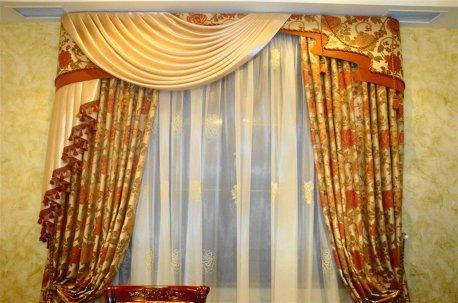 Шторы в гостинную из классической портьерной ткани с цветочным рисунком недорого