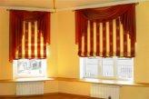 Римские шторы украшены классическими ламбрекенами
