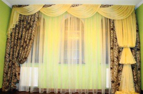 Ассиметричный фасон штор - пример оформления окна в зал недорого