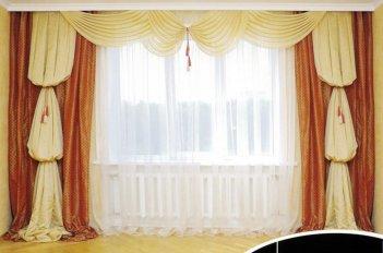 Красивые классические шторы в гостинной