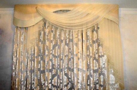Легкие и нарядные классические шторы на окне в гостинной недорого