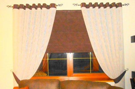 Шторы на люверсах в сочетании с римской шторой - пример оформления окна в классической гостинной недорого