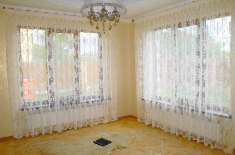 """В зале на двух окнах нарядная гардина """"Альмерия"""" недорого"""