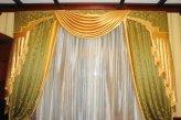 Классические шторы в кабинете в зелено-золотистых тонах