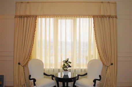 Шторы с ровным ламбрекеном на окне в зале  недорого