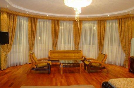 Оформление окна в большой классической гостинной недорого