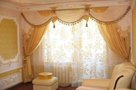 Шторы в зале пошиты из молочной и золотистой портьерной ткани недорого