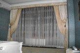 Пример оформления окна в спальне в классическом стиле