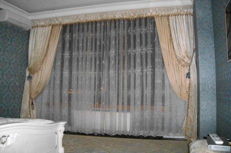 Пример оформления окна в спальне в классическом стиле недорого