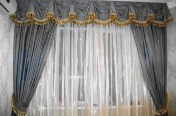 Классический ламбрекен украшает шторы в зале
