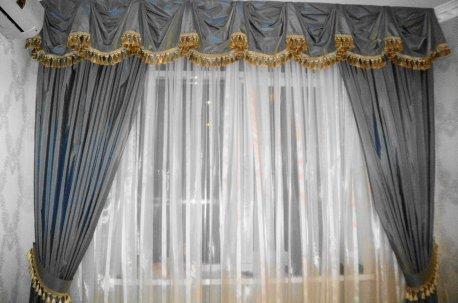 Классический ламбрекен украшает шторы в зале недорого