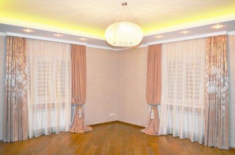 Шторы в классическом стиле на двух окнах в большой гостинной недорого