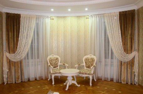 Шторы в зал с эркерным окном - прекрасная композиция в бежево - молочной цветовой гамме недорого