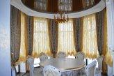 Шторы в классическом стиле на окне в столовой