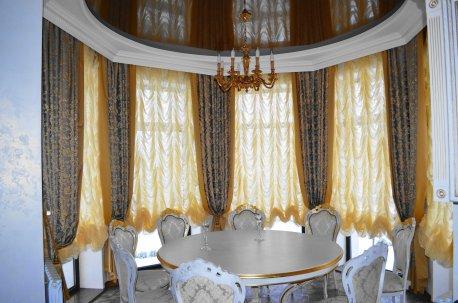 Шторы в классическом стиле на окне в столовой недорого