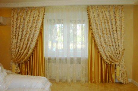 Нарядные пышные шторы на окне в спальне недорого