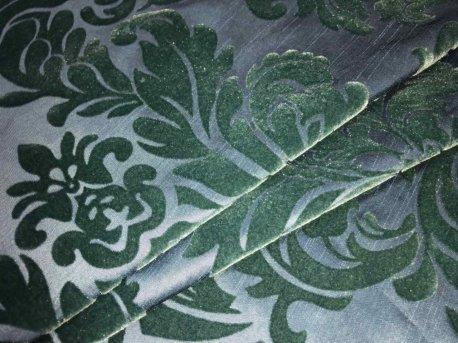 Комплект готовых штор изумрудного цвета с вензелем недорого