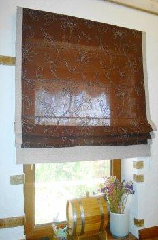 Римская штора из натуральной портьерной ткани коричневого цвета