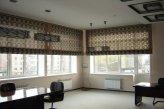 Римские шторы большого размера на окнах в кабинете