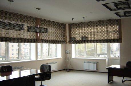 Римские шторы большого размера на окнах в кабинете недорого