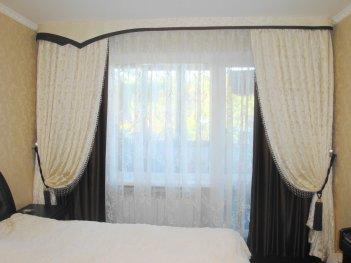 Нарядный контрастный комплект штор в спальню
