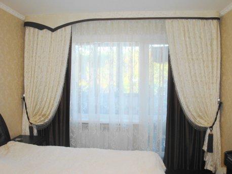 Нарядный контрастный комплект штор в спальню недорого