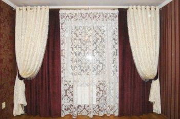 Шторы на люверсах в гостинной в классическом стиле