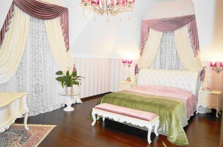 Шторы с ламбрекенами и покрывало - комплект в спальне с двумя окнами недорого